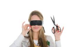 Fille s'usant la bande noire et retenant des ciseaux images stock