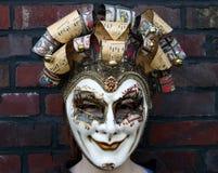 Fille s'usant un regard fixe normal de masque vénitien de carnaval Photographie stock libre de droits