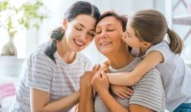 Fille, sa mère et grand-mère photographie stock libre de droits