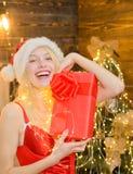 Fille Santa à la maison près d'arbre de Noël Paix et joie d'amour pendant l'ann?e enti?re Fille érotique célébrer la nouvelle ann images stock