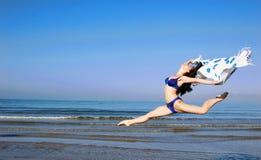 Fille sautante Photo libre de droits