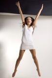 Fille sautante. Images libres de droits