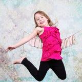 Fille sautante Photographie stock libre de droits