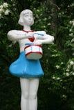 Fille scout heureuse de sculpture en parc image stock