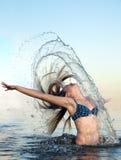 Fille se baignant dans l'eau Images libres de droits