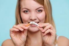 Fille se cassant avec la cigarette Photo stock