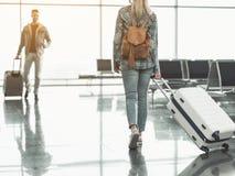 Fille se déplaçant avec des bagages à l'ami Photos stock