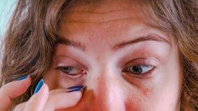 Fille se grattant les yeux, plan rapproché de visage Femme poussant autour dans l'oeil photos stock