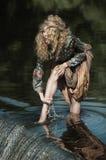 Fille se lavant les pieds dans l'eau de rivière Photo stock