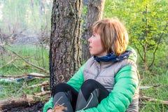 Fille se reposant dans la forêt Photos libres de droits
