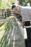 Fille se reposant sur la barrière Photo stock