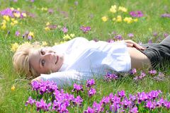 Fille se situant dans l'herbe Photo stock