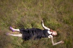 Fille se situant dans l'herbe Images libres de droits