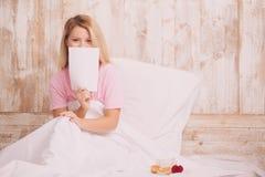 Fille se situant dans le lit avec l'espace de copie Photographie stock