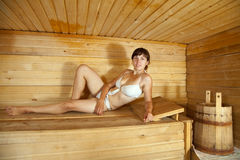 Fille se situant dans le sauna Photo libre de droits