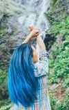 Fille se tenant devant la cascade Photo stock