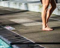 Fille se tenant pr?t la piscine photo libre de droits