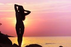 Fille se tenant sur la plage photographie stock libre de droits