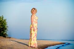 Fille se tenant sur la plage Image stock