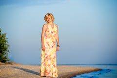 Fille se tenant sur la plage Photo stock