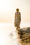 Fille se tenant sur la plage Image libre de droits
