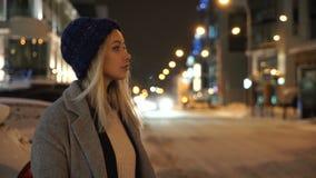 Fille se tenant sur la route en hiver clips vidéos