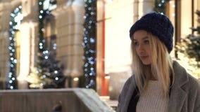 Fille se tenant sur la rue en hiver clips vidéos