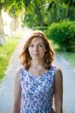 fille se tenant sur le trottoir Image libre de droits