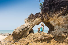 Fille se tenant sur les roches côtières de mer Mode de vie sain de bien-être Photo libre de droits