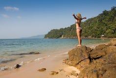 Fille se tenant sur les roches côtières de mer Mode de vie sain de bien-être Images stock