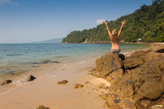 Fille se tenant sur les roches côtières de mer Mode de vie sain de bien-être Image libre de droits