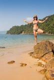 Fille se tenant sur les roches côtières de mer Mode de vie sain de bien-être Image stock