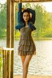 fille se tenant sur un pilier en bois Image libre de droits