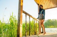 fille se tenant sur un pilier en bois Images stock