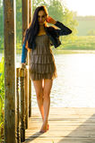fille se tenant sur un pilier en bois Images libres de droits