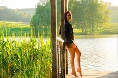 fille se tenant sur un pilier en bois Photographie stock