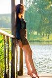 fille se tenant sur un pilier en bois Image stock