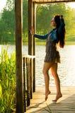 fille se tenant sur un pilier en bois Photos stock