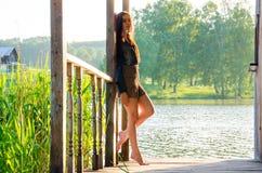 fille se tenant sur un pilier en bois Photo libre de droits