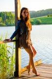 fille se tenant sur un pilier en bois Photographie stock libre de droits