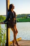 fille se tenant sur un pilier en bois Photos libres de droits