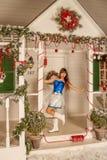 Fille se tenant sur un porche blanc Image libre de droits