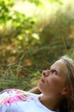 Fille se trouvant sur l'herbe images libres de droits