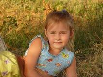 Fille se trouvant sur l'herbe Photographie stock