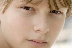 Fille semblant soupçonneuse Image libre de droits