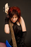 Fille sensuelle avec la guitare basse Images libres de droits