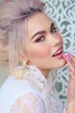 Fille sensuelle avec les cheveux blonds dans la lingerie et des accessoires Photographie stock libre de droits