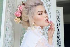 Fille sensuelle avec les cheveux blonds dans la lingerie et des accessoires Images libres de droits