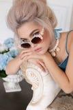Fille sensuelle avec les cheveux blonds dans la lingerie et des accessoires Photos libres de droits