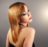 Fille sensuelle avec les cheveux droits et le beau maquillage photo libre de droits